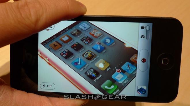 iPhone 4 là chiếc iPhone đầu tiên được trang bị camera trước hỗ trợ gọi điện FaceTime. Ảnh:Slashgear.