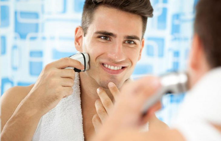 Cạo râu từ vùng dễ trước.