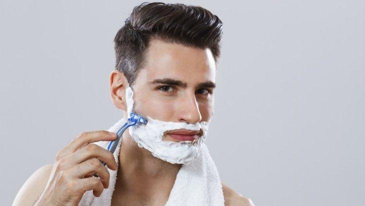 Bôi nhiều kem là một trong những lưu ý khi cạo râu.