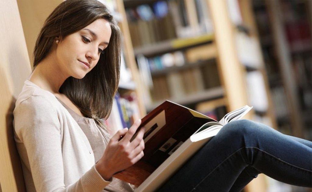 Thư giãn giảm stress bằng việc đọc sách.