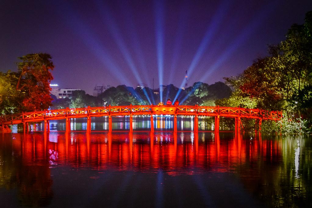 Hồ Gươm- địa điểm hẹn hò lí tưởng cho cặp đôi.