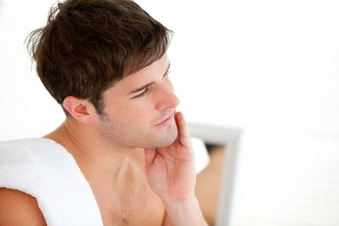 Lưu ý khi cạo râu xong cần thoa kem dưỡng ẩm.