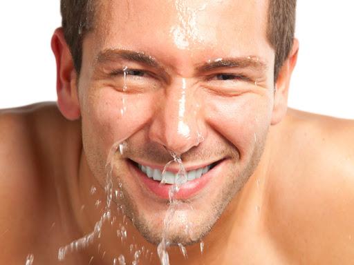 Lưu ý khi cạo râu là làm ướt mặt trước khi cạo.
