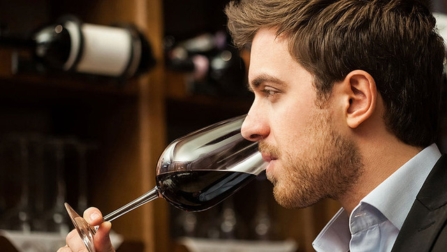 Hãy nếm thử rượu trước khi uống