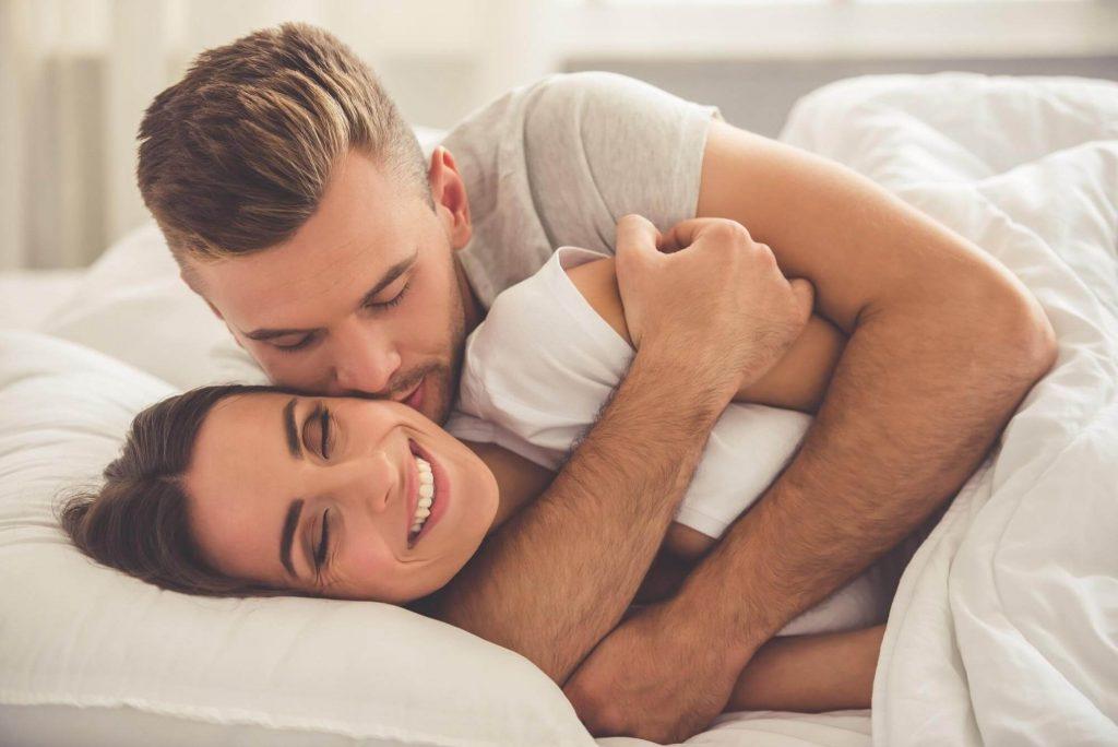 Âu yếm nhau sau khi quan hệ để gia tăng tình cảm