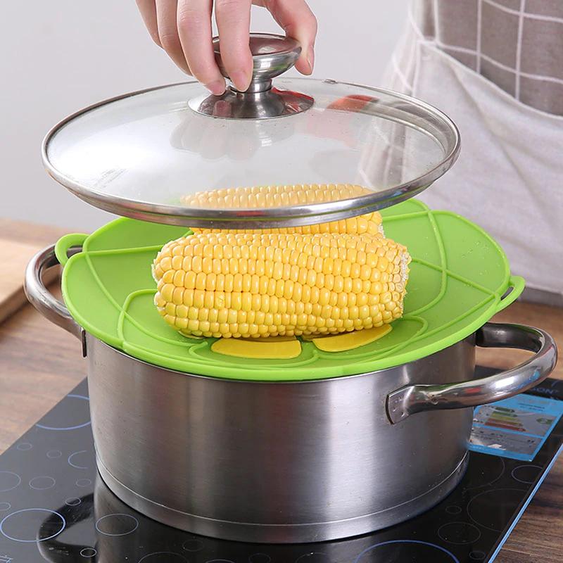 Nắp vung chống tràn là vật dụng siêu tiện ích cho gian bếp.