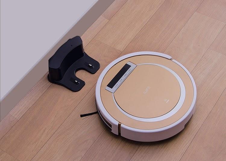 Robot hút bụi, lau nhà làm tăng thêm sự hiện đại, thanh lịch cho nội thất phòng khách.