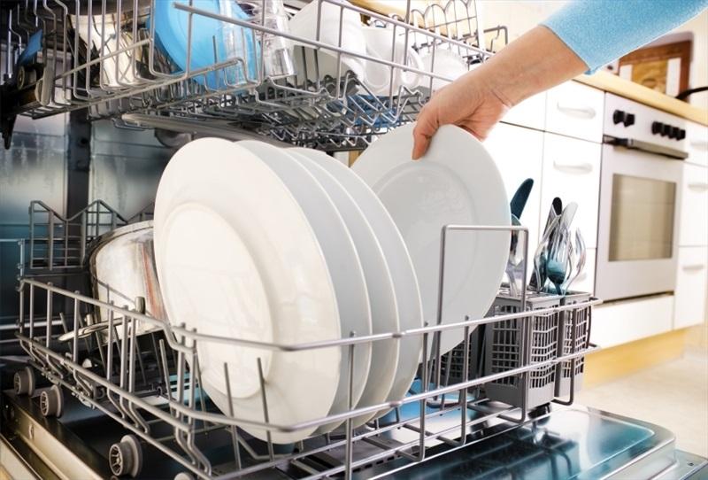 Máy rửa bát giúp chị em tiết kiệm thời gian và công sức.