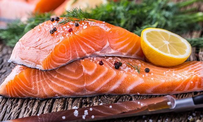 Nên bổ sung nhiều cá hồi, cá ngừ hoặc cua biển