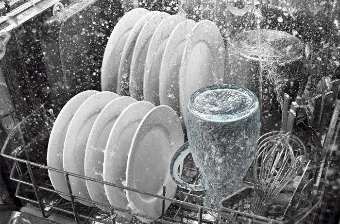 Máy rửa bát làm sạch chén đĩa dựa vào áp lực vòi nước.