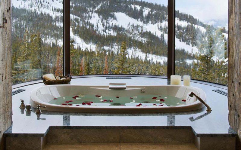 Bạn có thể cho một chút tinh dầu, hoa thơm vào bồn tắm