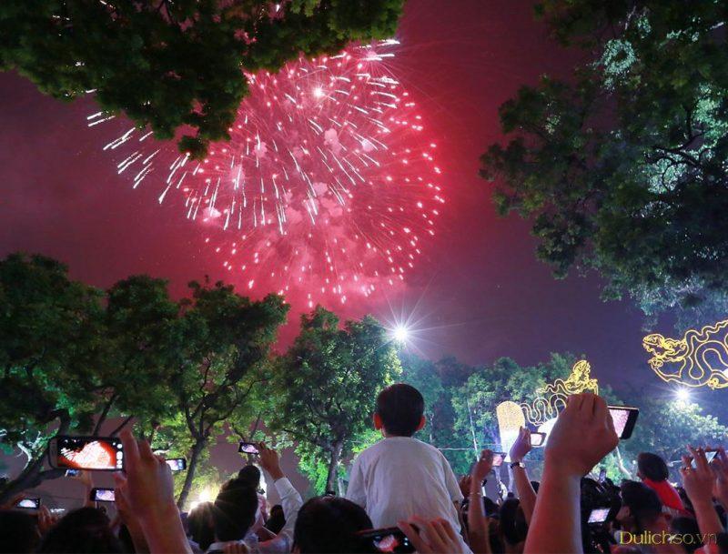 Hồ Hoàn Kiếm là khu vực đông vui nhất
