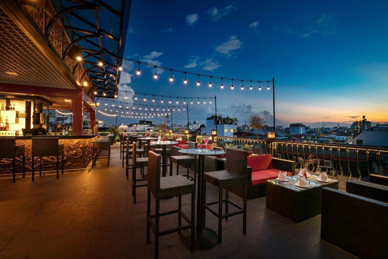 Lựa chọn nhà hàng trên cao giúp bạn có thể vừa ăn uống vừa thưởng thức pháo hoa