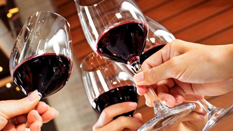 Uống rượu từ tốn, chậm rãi