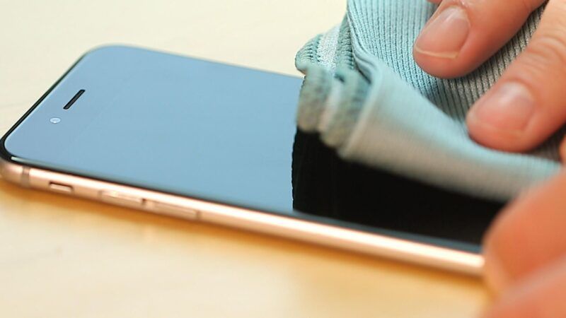 Cách vệ sinh điện thoại đúng cách
