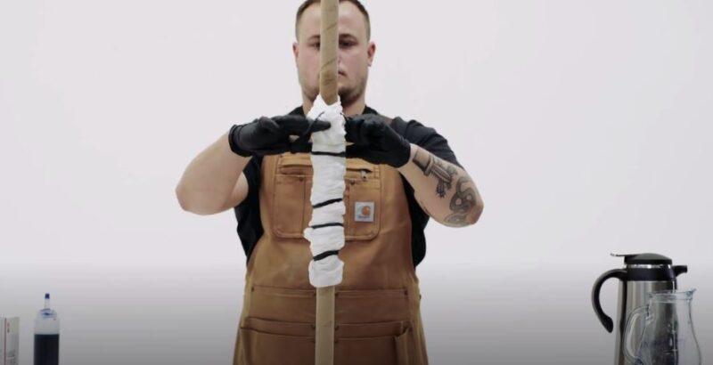 Chuẩn bị áo thun trắng bằng cách quấn vào 1 cột