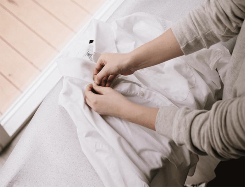 Trước khi ủi nên tháo hết các nút áo ra