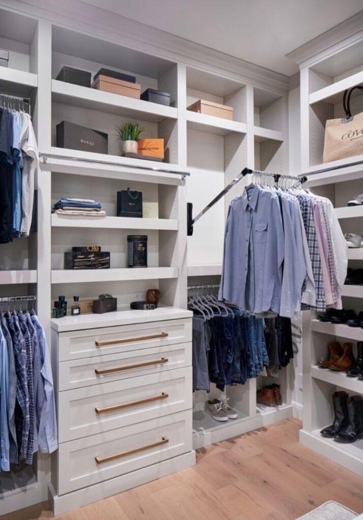 Lợi ích của việc sắp xếp tủ quần áo - Giúp chiếc tủ không bị ẩm mốc hay mối mọt tấn công