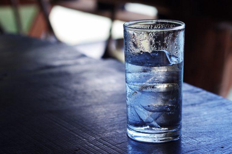 Những mẹo cải thiện hậu quả cơn say rượu - Uống nhiều nước
