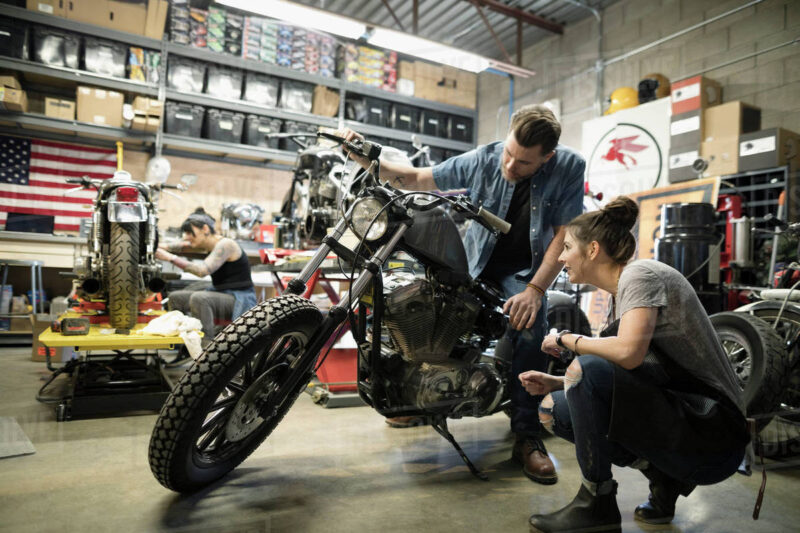 Có kĩ năng cơ bản về thay nhớt xe, sửa chữa xe máy