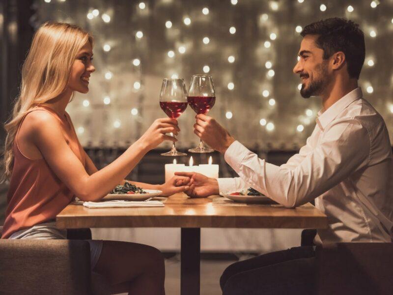 Hãy tích cực giao tiếp bằng mát trong buổi đầu hẹn hò