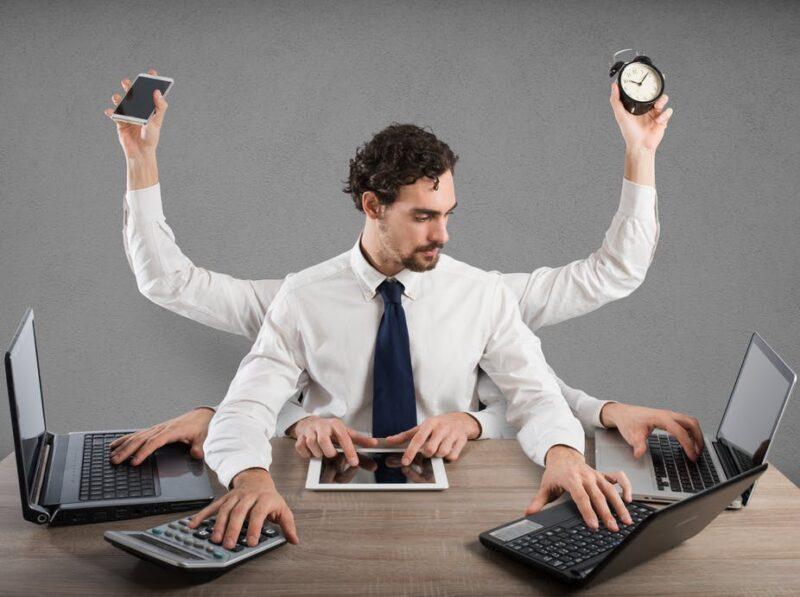 Multitasking (làm nhiều việc cùng một lúc) được khoa học chứng minh là không hiệu quả. Ảnh: The Conversation