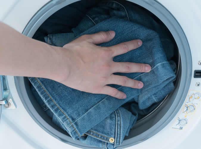 Cách bóp quần jeans giặt ở nhiệt độ cao