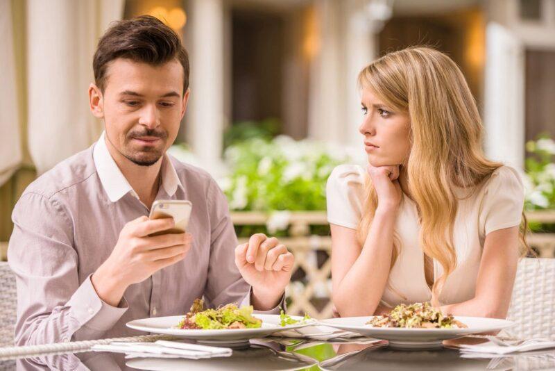 Hành động nhìn vào đối phương khi trò chuyện chứng tỏ bạn đang quan tâm đến họ. Nếu bạn chỉ nhìn màn hình điện thoại, chứng tỏ bạn đang không chú ý tới người ngồi cùng bạn.