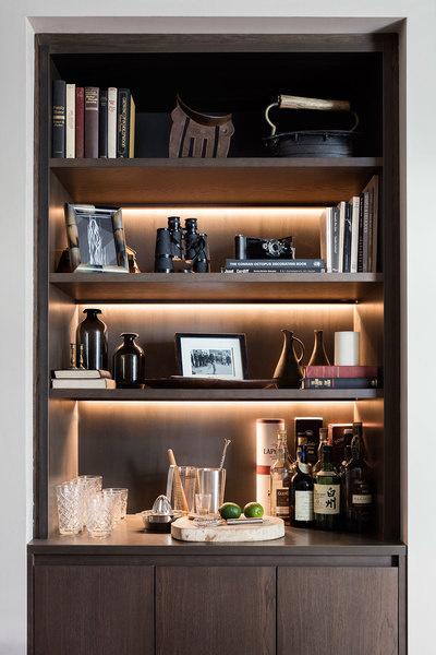"""Vì thiếu không gian, có thể """"sáng tạo"""" chiếc tủ sách thành quầy bar trong nhà như thế này đây! Ảnh: GQ"""