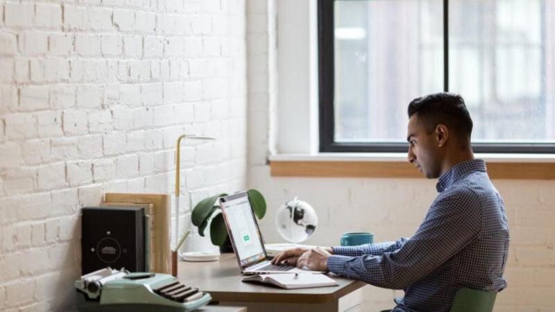 """Khi làm việc, bạn phải đối diện với ánh sáng phát ra từ máy tính. Vì thế, đừng """"hành hạ"""" thêm đôi mắt của bạn bằng ánh sáng không phù hợp nữa."""