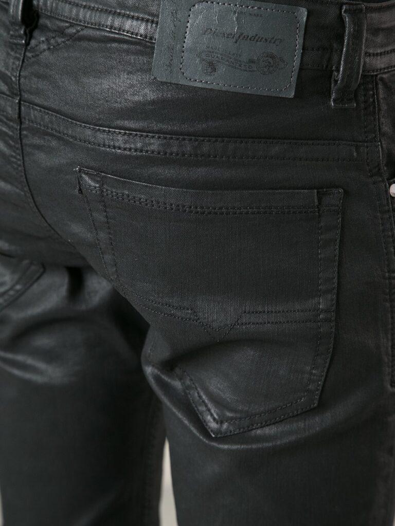 Waxed jeans là kiểu quần có độ bóng mờ bởi lớp sáp trên bề mặt vải.