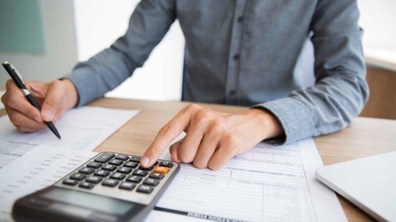 Thu nhập dao động từ tháng này qua tháng khác là khó khăn khi quản lý tài chính hiệu quả của người làm việc tự do. Ảnh: Money Crashers