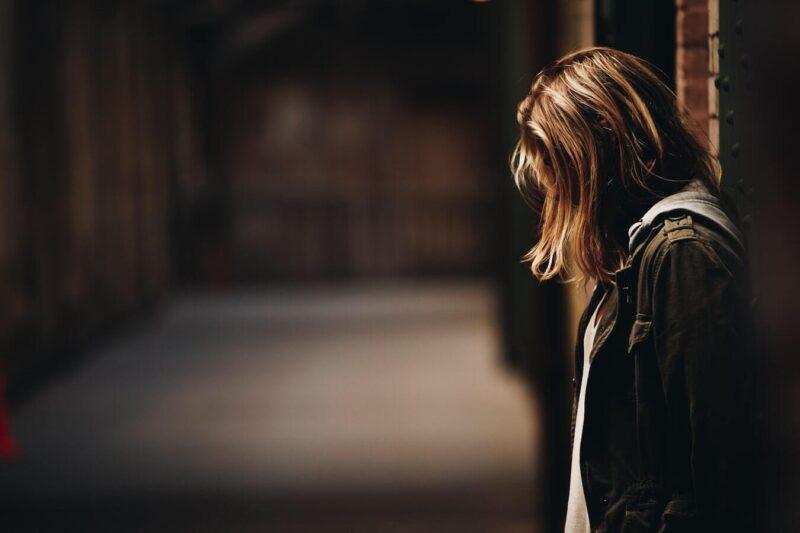 Cần làm gì với người đang có ý định tự sát - Dõi theo họ