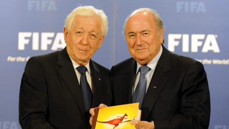 Cựu Chủ tịch FFA Frank Lowy (trái) và cựu Chủ tịch Liên đoàn Bóng đá Thế giới (FIFA) Sepp Blatter
