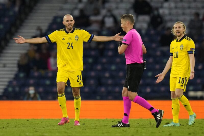 Thụy Điển mất sự chủ động sau tấm thẻ đỏ của Danielson.