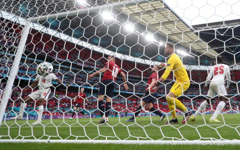 Sterling ghi bàn duy nhất từ cú đánh đầu cận thành giúp tuyển Anh giành chiến thắng trước CH Czech.