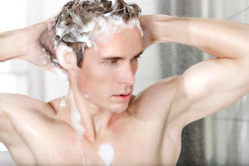 Việc không gội đầu thường xuyên cũng gây ngứa và có nhiều gàu trên da đầu