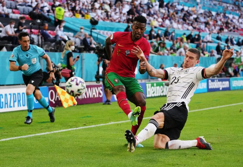 Hậu vệ của Bồ Đào Nha thường xuyên để hỏng cánh.