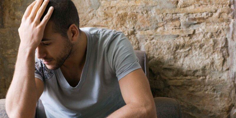 Có nhiều nguyên nhân khiến cơ thể nam giới thiếu hụt hormone này khi lớn tuổi.