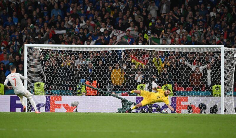 Alvaro Morata sút hỏng quả phạt đền thứ 4 của Tây Ban Nha