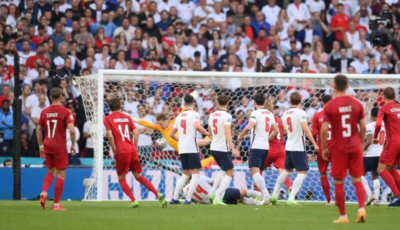 Mikkel Damsgaard sút phạt ấn tượng, đưa Đan Mạch vượt lên dẫn 1-0