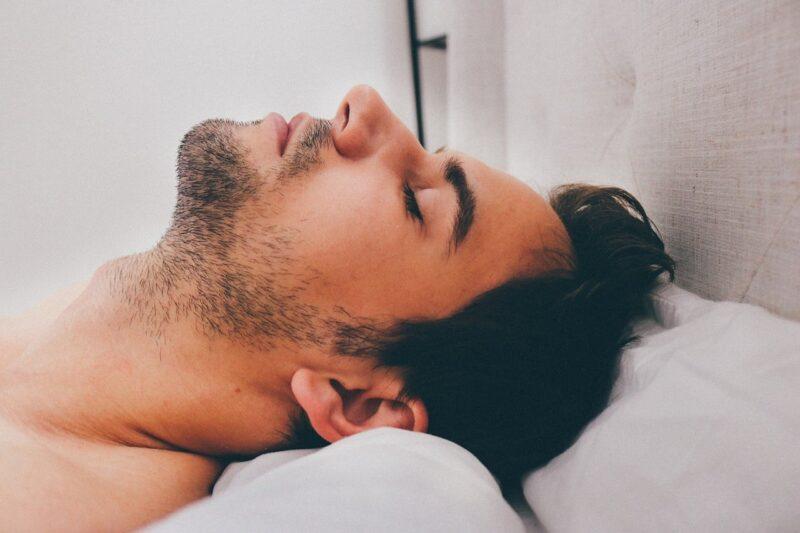 """Mộng tinh hay """"giấc mơ ướt"""" là một hiện tượng thường thấy ở nam giới."""