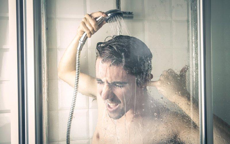 , bạn có thể tắm nước lạnh để thư giãn và tạm quên đi những cảm giác không thoải mái