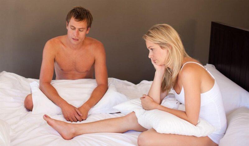 Nam giới có bao quy đầu dài hoặc hẹp cũng có khả năng bị rách khi quan hệ.